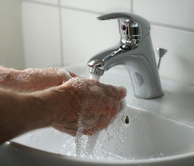 homen-lavando-as-maos